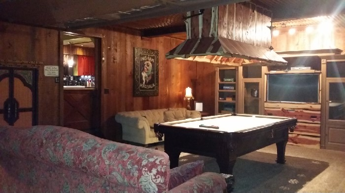 Pool table and game room in pinetop cabin rental